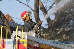 Un incendio arrasó con el quincho de un restaurante en la Costanera
