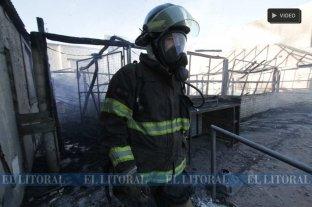 Un incendio arrasó con el quincho de un restaurante en la Costanera -