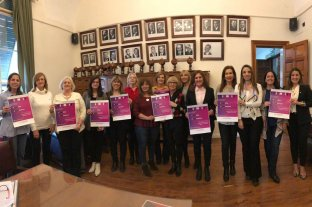 Una red para promover la enseñanza del Derecho en igualdad de género - Símbolo. En la presentación de la campaña, integrantes de la Red posaron frente a la pared donde se homenajea a las principales autoridades de la Facultad. -