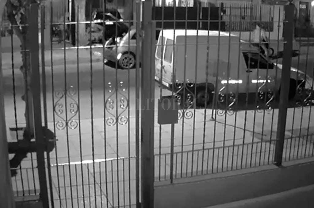 Una cámara de seguridad registró toda la violenta secuencia ocurrida en barrio Mariano Comas.  <strong>Foto:</strong> Captura de pantalla