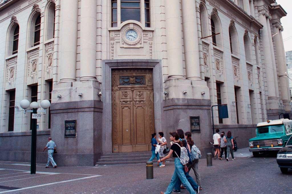 La principal sucursal del Banco Nación en Santa Fe, en la década de 1990 cuando se produjo el