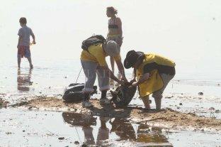 Ya limpian las playas, a poco del comienzo de la temporada estival
