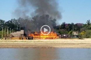 Videos: se incendió un parador en una playa de Paraná