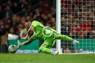 """""""Chiquito"""" Romero se lució en una definición por penales en la Copa de la Liga inglesa"""