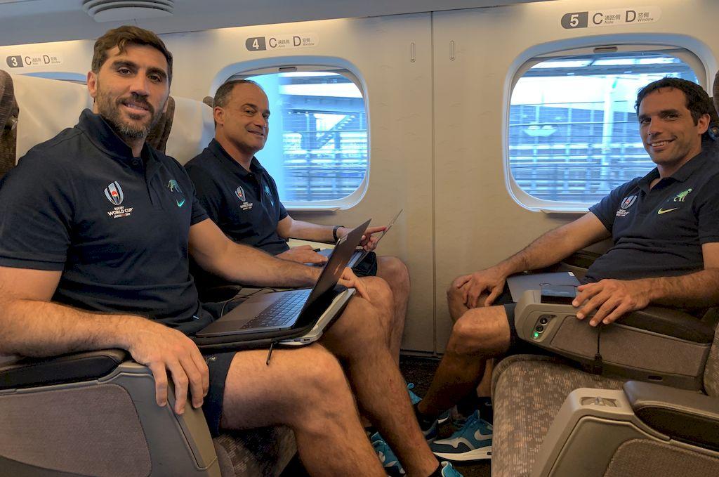 Parte del staff. De izquierda a derecha, Fernández Lobbe, Fernández Miranda y Gaitán, en uno de los traslados realizados por el equipo en Japón. <strong>Foto:</strong> Prensa UAR
