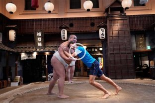 Video: Novak Djokovic se divierte haciendo sumo en Tokio