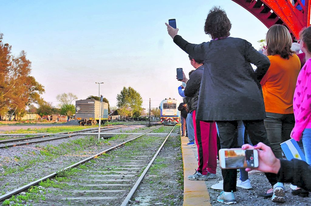 Una fiesta. Vecinos de Sunchales y localidades cercanas se dieron cita en la estación de ferrocarril para observar la vuelta del tren de pasajeros de larga distancia. <strong>Foto:</strong> Prensa Mun. de Sunchales