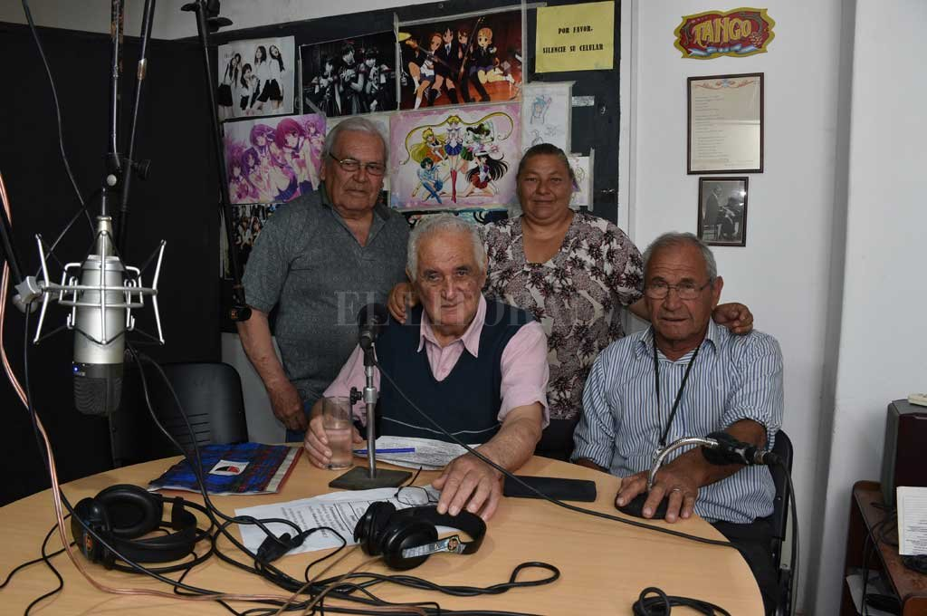 Protagonistas. Moni, Pichón, Cacho y Luis son cuatro de los ocho locutores que realizaron los radioteatros desde el psiquiátrico. Crédito: Flavio Raina