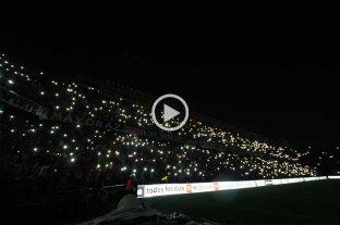 Video: se apagó la luz y se encendió la fiesta de los hinchas de Colón