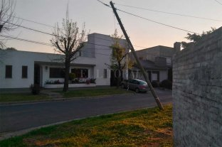 "Un poste ""pende de un hilo"" en barrio San Roque"