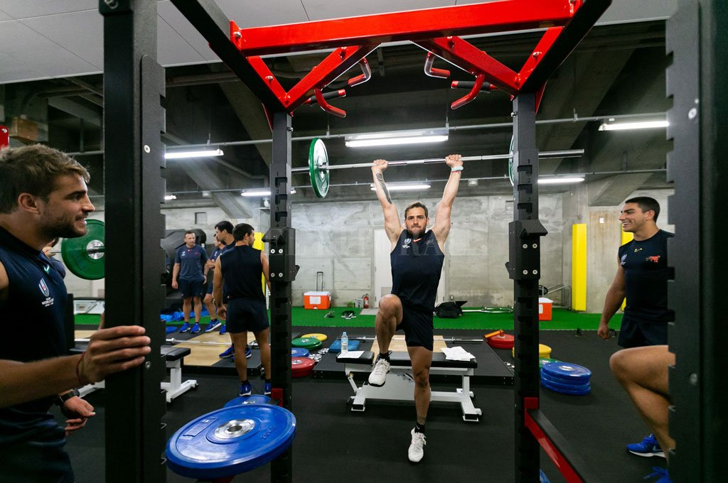 Entrenamiento en el gimnasio. Nico Sánchez realiza los ejercicios, observado por los juveniles cordobeses Juan Cruz Mallía y Santiago Carreras. <strong>Foto:</strong> Prensa UAR