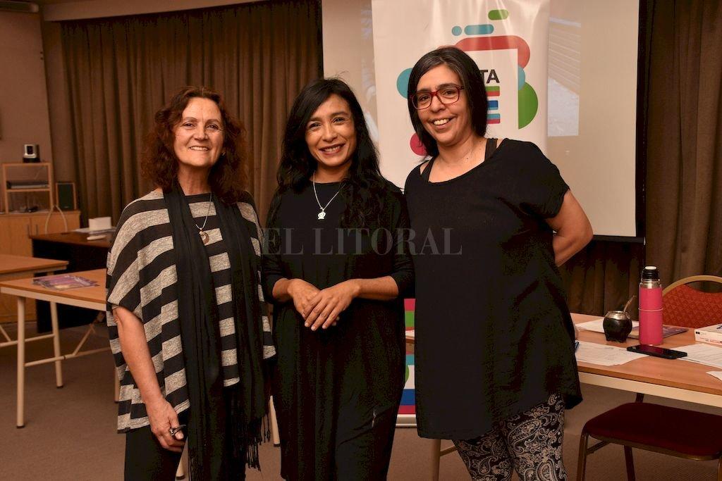 La subsecretaria de Políticas de Género Gabriela Sosa (centro), junto a Mara Nazar y Soledad Pérez, de la Ong Ciscsa. <strong>Foto:</strong> Flavio Raina