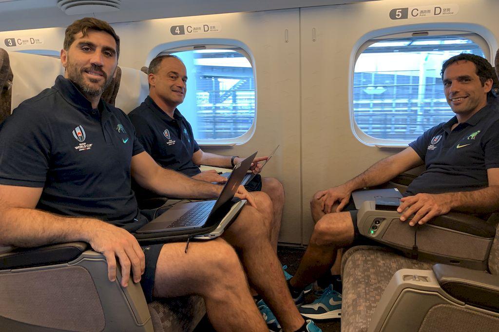 """""""Corcho, Nico y Negro"""". Fernández Lobbe, Fernández Miranda y Gaitán, en uno de los trayectos realizados en tren bala en Japón. <strong>Foto:</strong> Prensa UAR"""