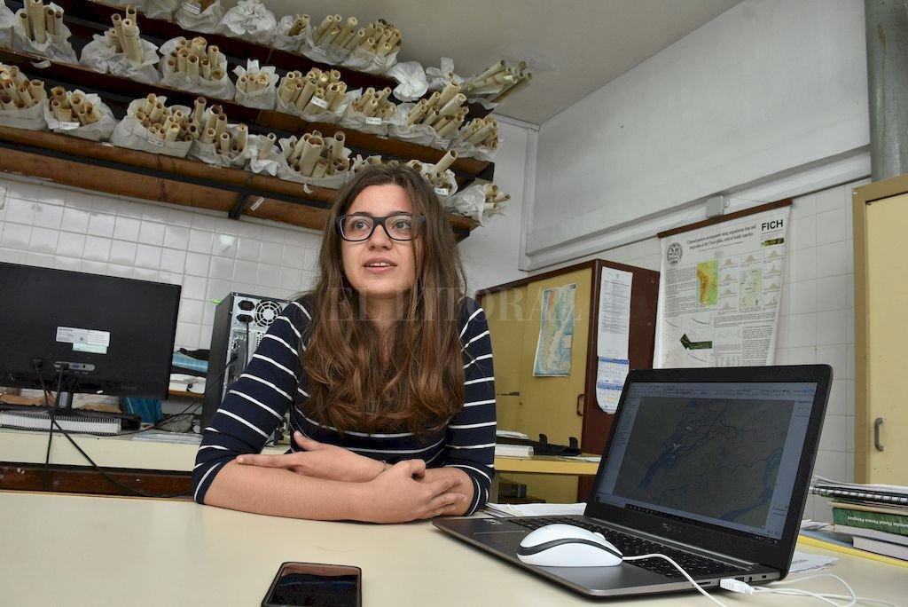 Laboratorio. La joven investigadora italiana en el Laboratorio de Sedimentología de la FICH UNL, donde lleva adelante su trabajo. <strong>Foto:</strong> Guillermo Di Salvatore