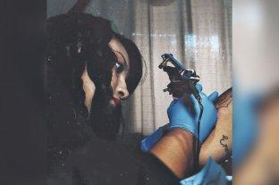 """Tatuajes solidarios: una joven impulsa una movida denominada """"Senos felices"""""""