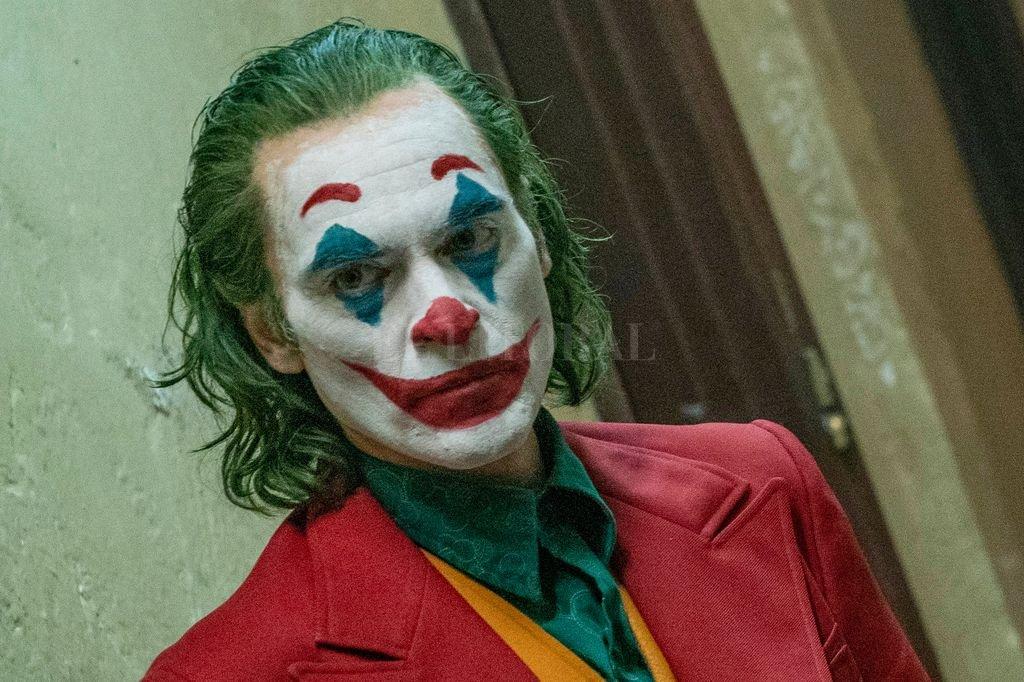 Phoenix como Arthur Fleck, un hombre maltratado por la sociedad que terminará convirtiéndose en villano. Crédito: Gentileza Warner Bros.