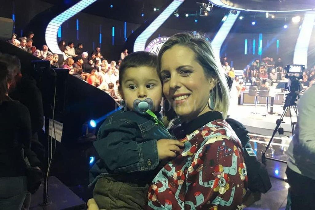 León Rodríguez y su mamá Jimena, poco antes de la participación en el programa de Telefé. <strong>Foto:</strong> Gentileza Jimena Domínguez / Facebook