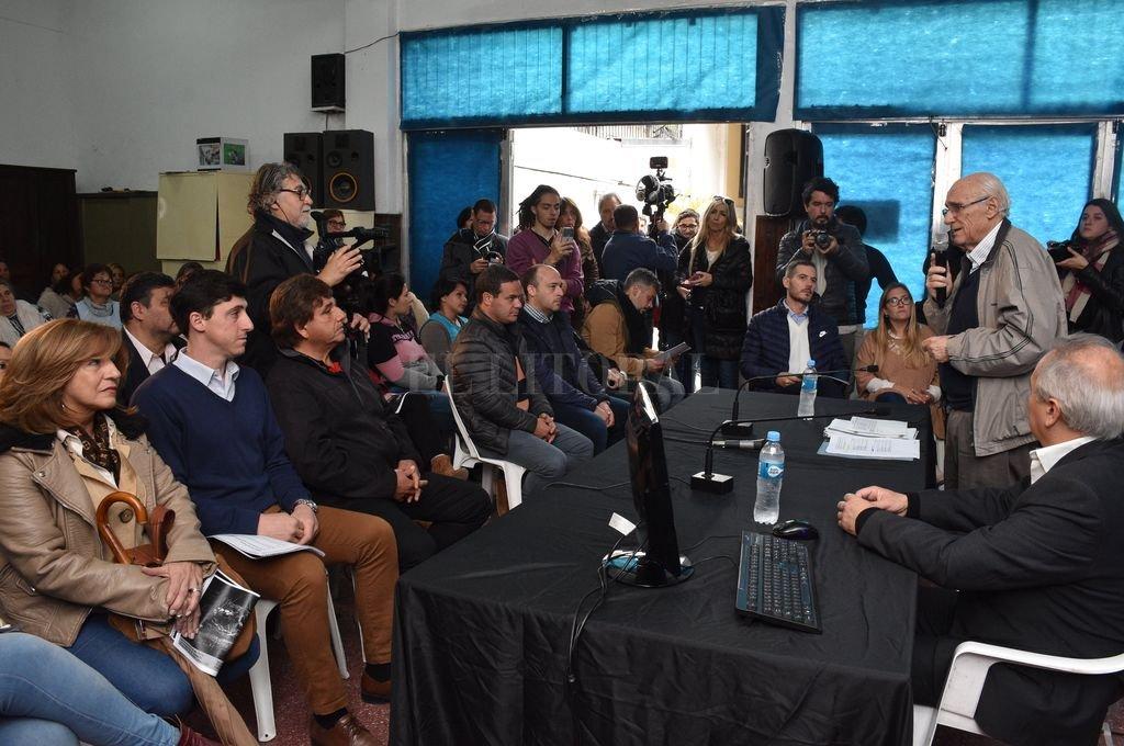 La exposición estuvo a cargo de José Luis Ambrosino y Luciano Zócola, de Los sin Techo, ante referentes sociales y representantes políticos. <strong>Foto:</strong> Guillermo Di Salvatore