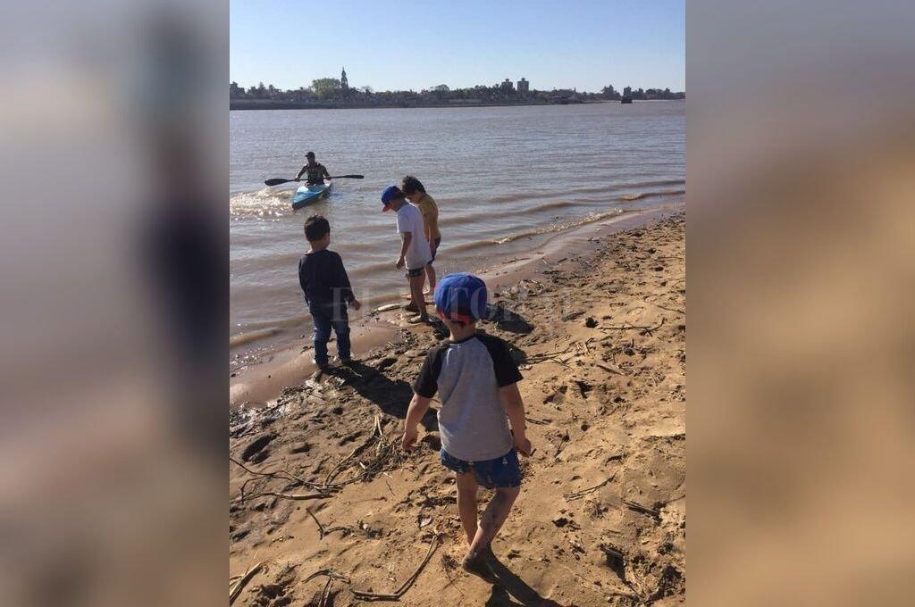 Pequeños. La fotografía fue capturada durante el pasado fin de semana, cuando las altas temperaturas provocaron que mucha gente se acerque a la Playa Este. Aquí, unos niños junto a la orilla. <strong>Foto:</strong> Gentileza