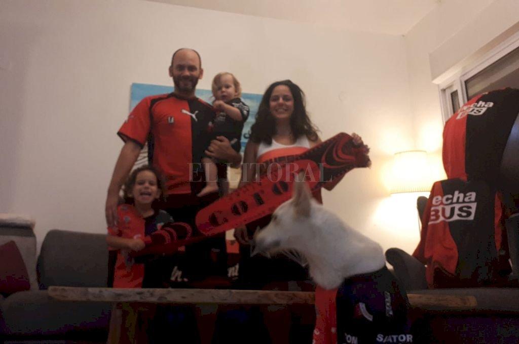 Matías y su familia en Israel, todos con la camiseta de Colón. <strong>Foto:</strong> Gentileza