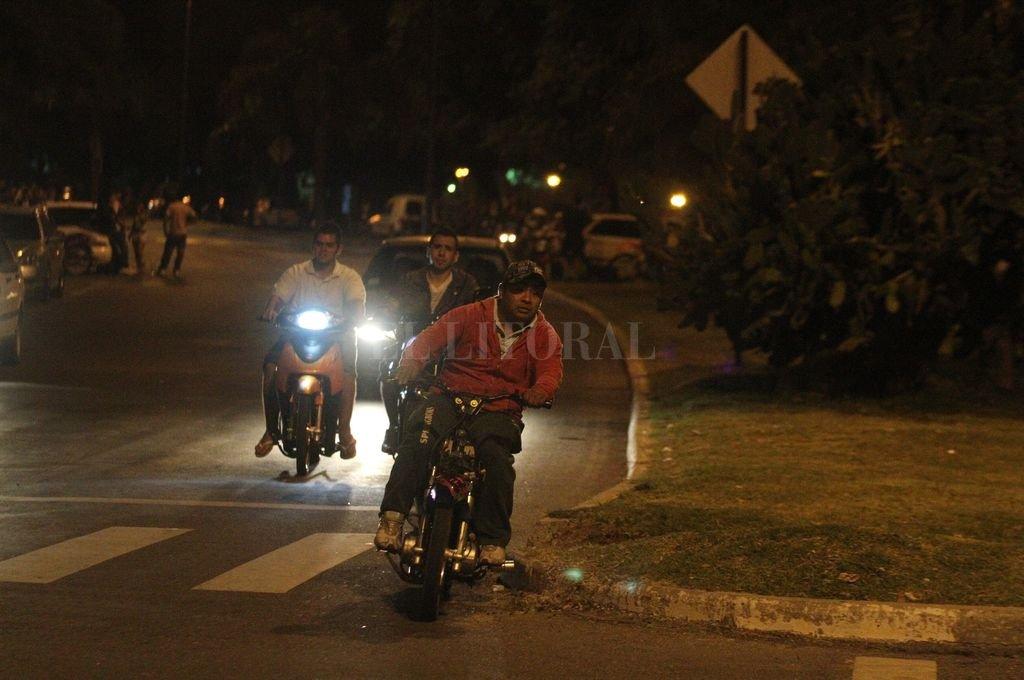 La imagen es de fines de 2011. Las picadas de motos en la Costanera, que tantas molestias causan a los vecinos, son una constante desde entonces a las que no se les ha encontrado una solución.  Crédito: Archivo El Litoral