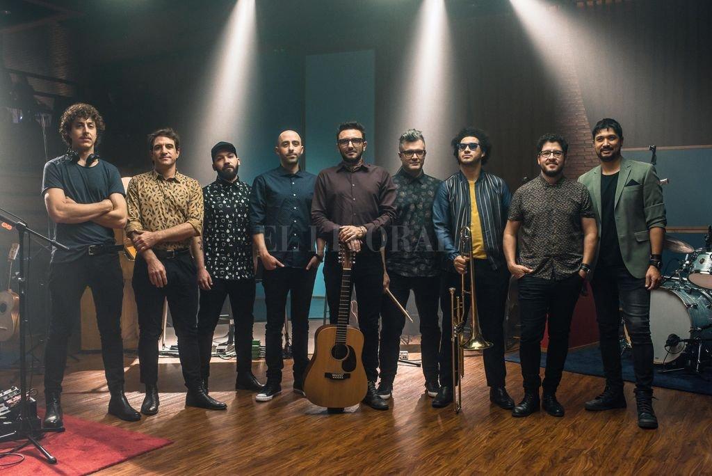 """La numerosa banda grabó """"Otras canciones"""" en la sala Hugo Balzo del Sodre; ahora están de gira con una versión ampliada de esa propuesta. Crédito: Gentileza Guido Iafigliola"""