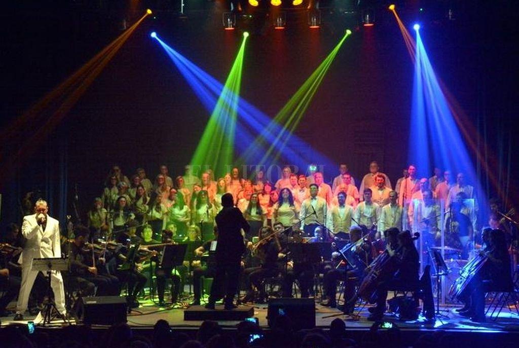En el espectáculo, músicos y coreutas realizan versiones de los temas más reconocidos del grupo británico que liderara Freddie Mercury.  <strong>Foto:</strong> Gentileza Cristian Mesa