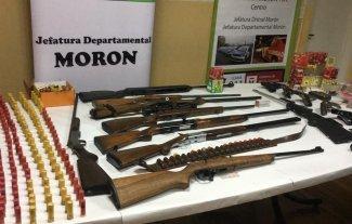 Amenazó a un hombre con un arma, lo denunciaron y le encontraron un arsenal en su casa
