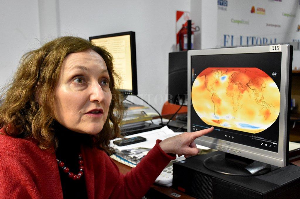 En la imagen, la Doctora en Ciencias de la Atmósfera y Directora del Cevarcam, Gabriela Müller, muestra un video de la NASA (donde trabajó un año) que advierte sobre el calentamiento a nivel global de los últimos 4 años. <strong>Foto:</strong> Manuel Fabatía