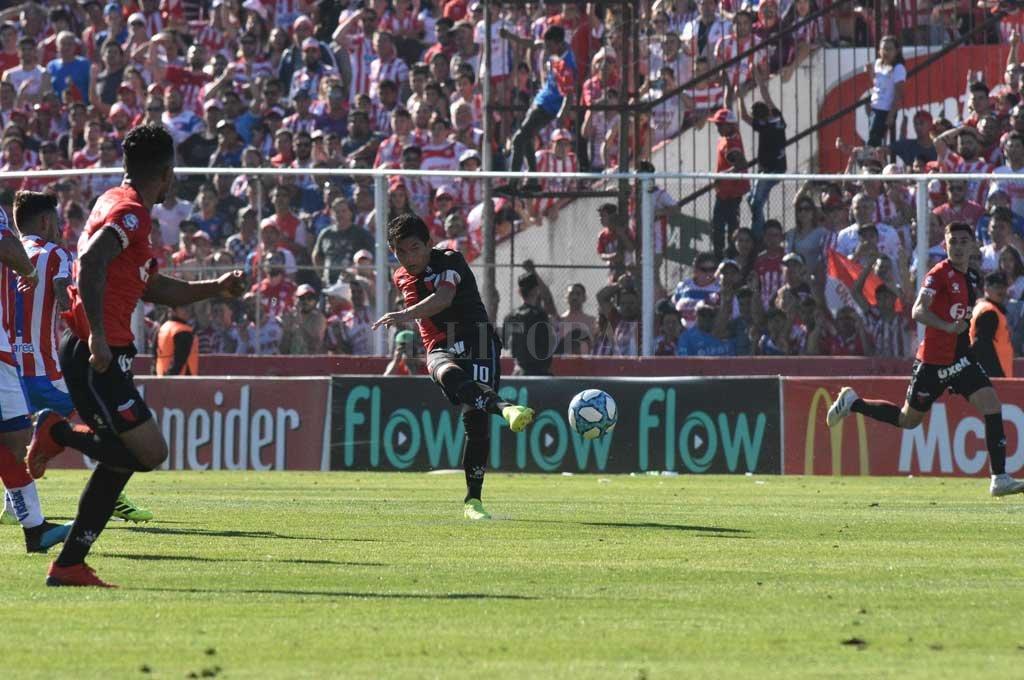 Esta fue la jugada más clara que tuvo Colón en el partido: pase atrás de Vigo y este remate de Luis Miguel Rodríguez que se irá desviado. <strong>Foto:</strong> Mauricio Garín