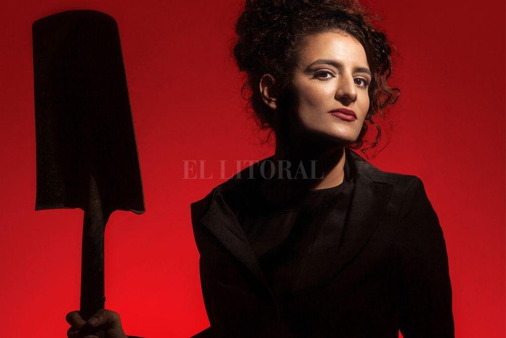 Juli Laso se hizo un nombre en el tango por su voz y su presencia escénica, tanto en su propuesta solista como por su trabajo junto a la Orquesta Típica Fernández Fierro. <strong>Foto:</strong> Gentileza MIC