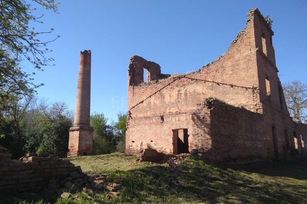 El molino en la actualidad. Solo quedan sus paredes y una vieja chimenea. <strong>Foto:</strong> El Litoral