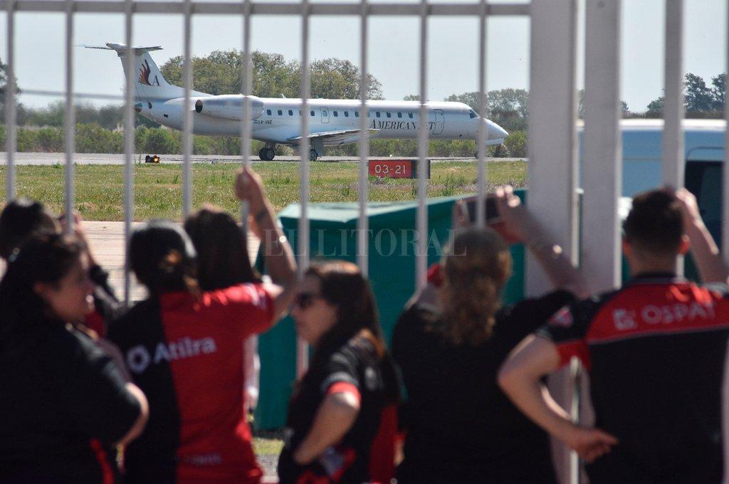 Viajeros. La imagen corresponde al arribo del plantel sabalero tras la victoria en Brasil, ahora se espera que viajen miles de hinchas a Paraguay. Crédito: Luis Cetraro