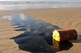 Más de 100 toneladas de restos de petróleo invanden las playas de Brasil