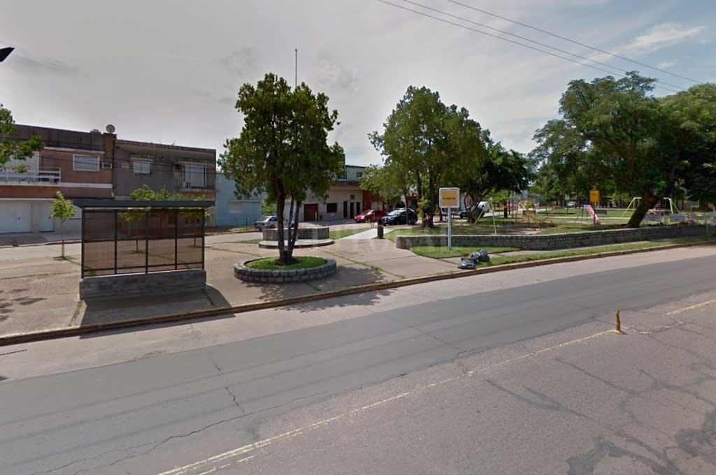 La adolescente fue encontrada en cercanías a la plaza Vucetich, ubicada sobre la Av. Gral. Paz <strong>Foto:</strong> Captura de Pantalla - Google Street View