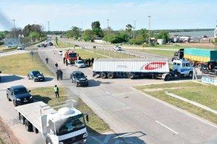 Siniestro vial en la circunvalación: un auto quedó debajo de un camión