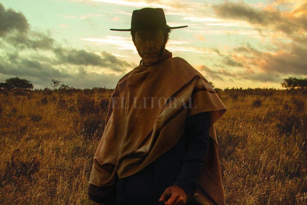 Iván Espeche Gil protagoniza la serie encarnando al general Artigas durante el período de la guerra por la Independencia. <strong>Foto:</strong> Gentileza Tres Mares