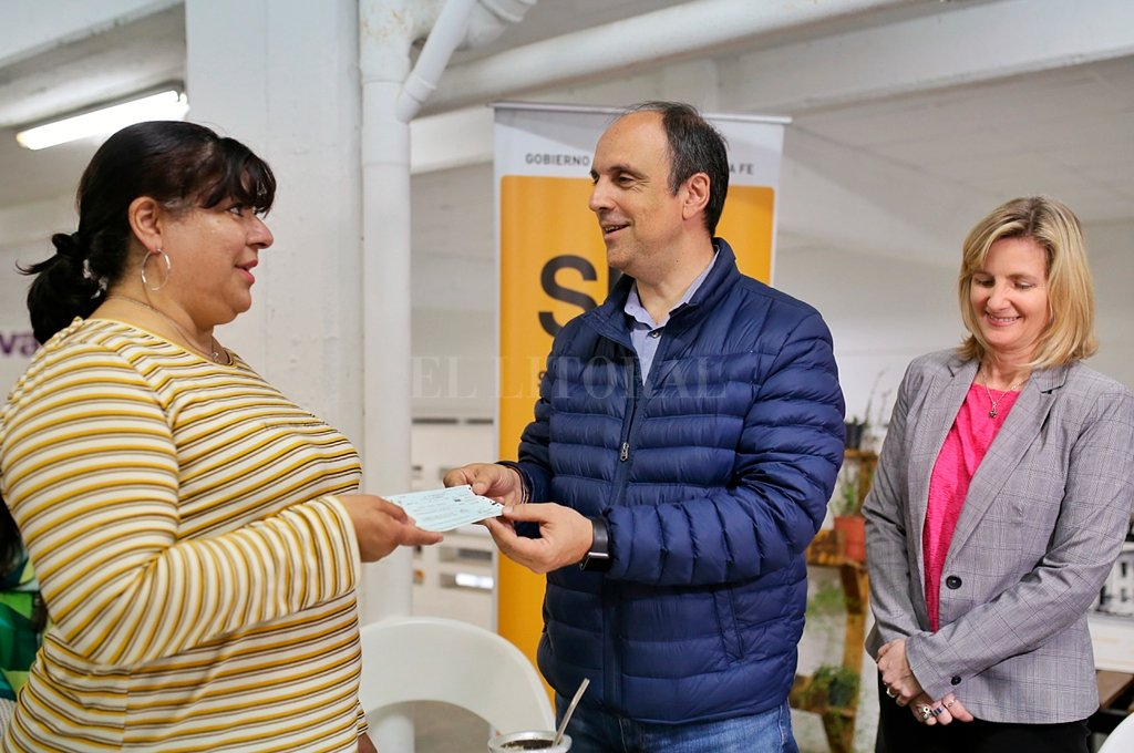 El intendente José Corral encabezó el acto de entrega del financiamiento, acompañado por la secretaria de Desarrollo Estratégico y Resiliencia, Andrea Valsagna. <strong>Foto:</strong> Gentileza.