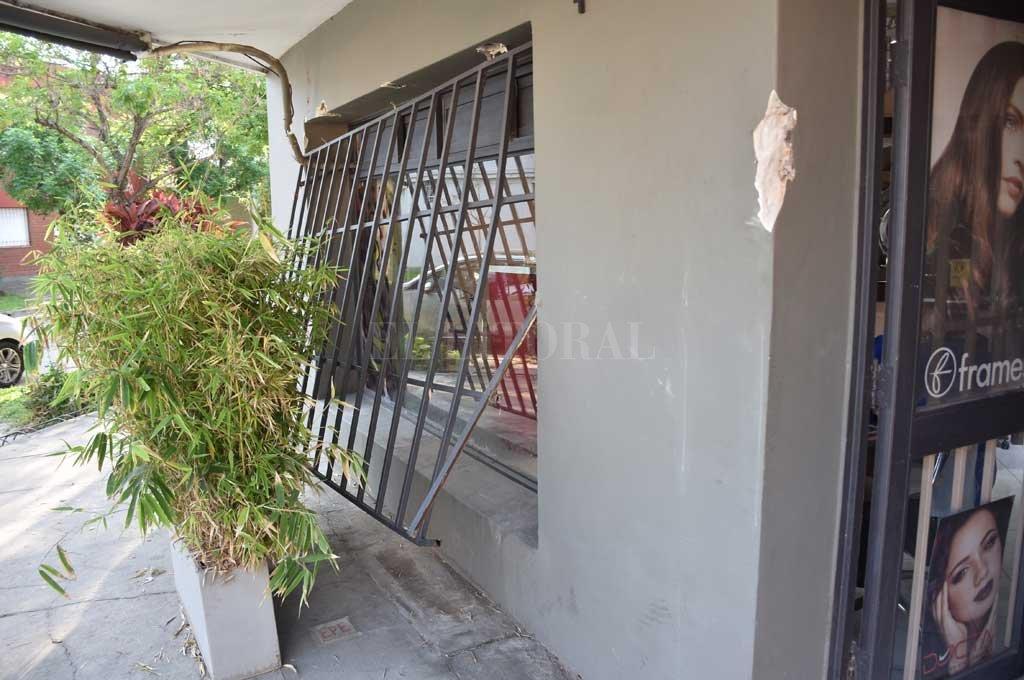 Utilizando barretas los ladrones lograron arrancar una reja para después introducirse en el comercio Crédito: Flavio Raina