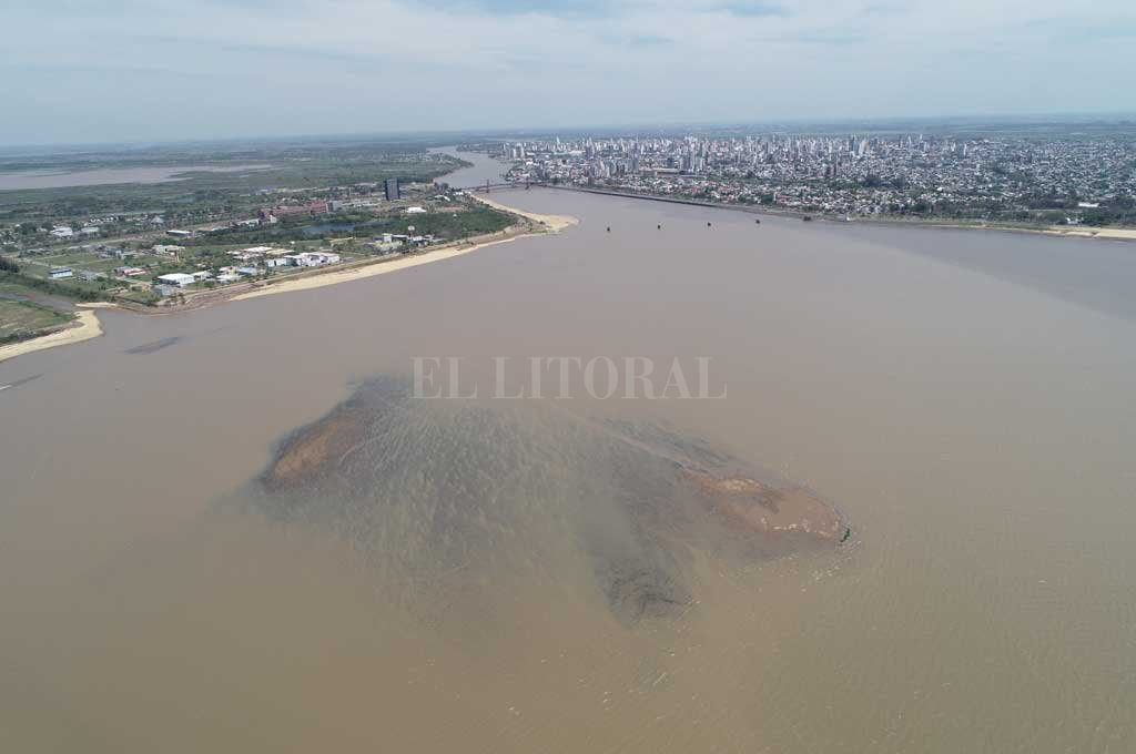 Los objetos están ubicados perpendicular a la Costanera Norte (avenida Néstor Kirchner), muy cerca de los bancos de arena que emergieron esta semana cuando el río en el puerto santafesino midió por debajo de 1,80 metros. Crédito: Fernando Nicola (Drone)