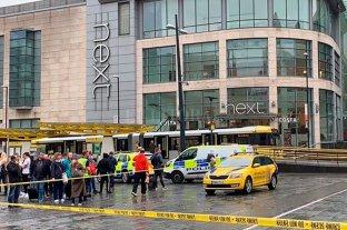 Cinco personas fueron apuñaladas en un centro comercial en Manchester