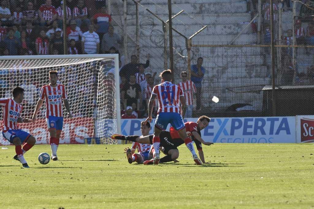 El gol, prueba irrefutable. Este es el momento en que ya Bou le robó la pelota a Vigo y Acevedo se dispone a levantar la cabeza y a colocarle la pelota filtrada y de memoria a Mazzola para que se convierta en el gol de Unión. <strong>Foto:</strong> Mauricio Garín
