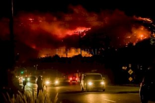 Estados Unidos: ordenan evacuar Los Ángeles por un feroz incendio forestal