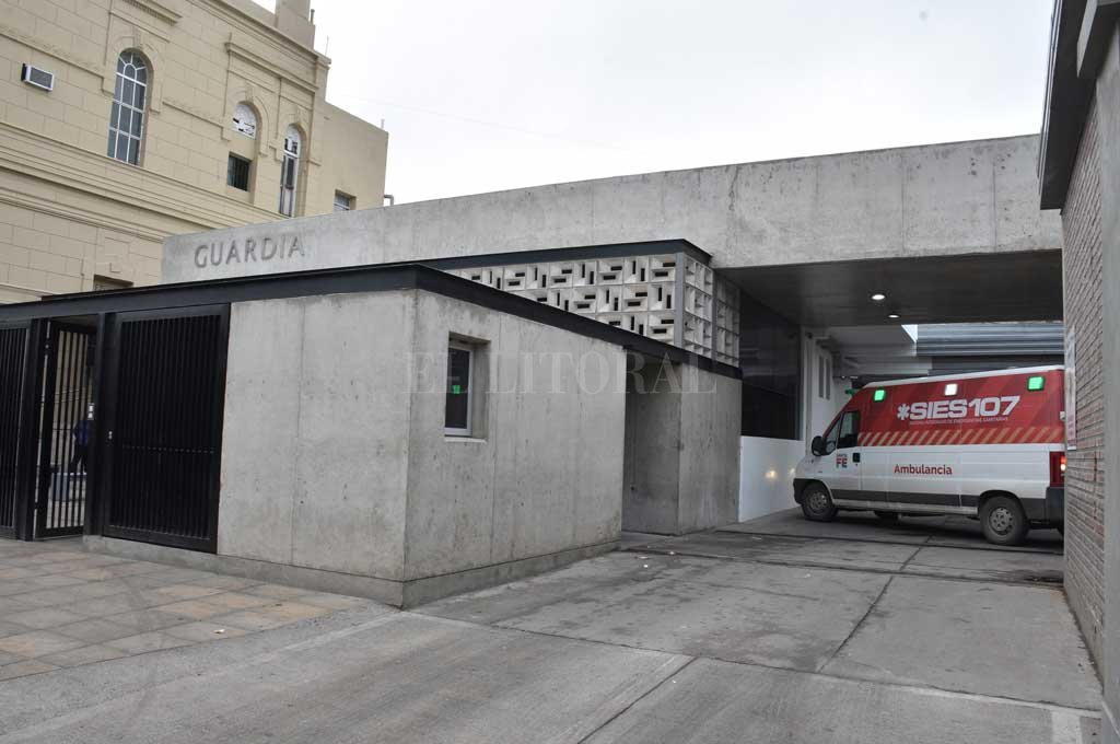 Intensa actividad en la guardia del hospital Cullen a raíz de cinco personas baleadas durante la noche. <strong>Foto:</strong> Guillermo Di Salvatore