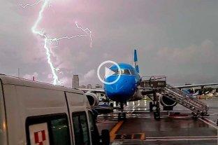 Video: impactantes imágenes de cómo un rayo cae en Aeroparque