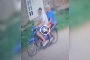 Video: Se robaron una moto y lo dejaron sin su herramienta de trabajo - Captura digital de una cámara de seguridad de los delincuentes acusados por un vecino de robarle la moto.