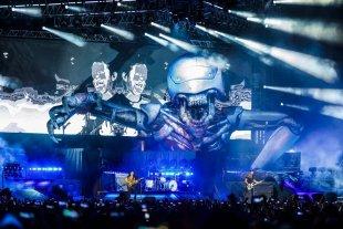 Pantallazos desde el futuro - Final: el esqueleto robótico materializado sobre el escenario, gigante y amenazador (con algo del Alien de H. R. Giger), saliendo de la pantalla. -