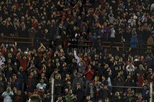"""Colón tendrá 12.000 lugares en Patronato  - Será """"local"""" en Paraná  </BREVES TXT>Una imágen de la noche del 11 de septiembre cuando Colón eliminó a Altético Tucumán, también por la Copa Argentina y en la cancha de Patronato de Paraná. Ahora, se repetirá el mismo operativo en las tribunas: Grella, San Nicolás y la oficial para los sabaleros. La tribuna restante, la más chica atrás del otro arco, para el """"Pincha"""" de Caseros. -"""