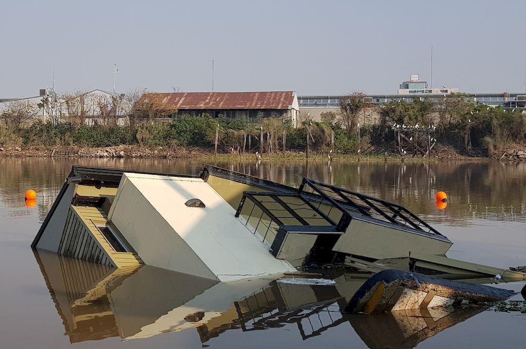 En proceso. El plan de salvataje para retirar la casa flota del puerto, está en marcha y se difinirá en los próximos días.  <strong>Foto:</strong> El Litoral