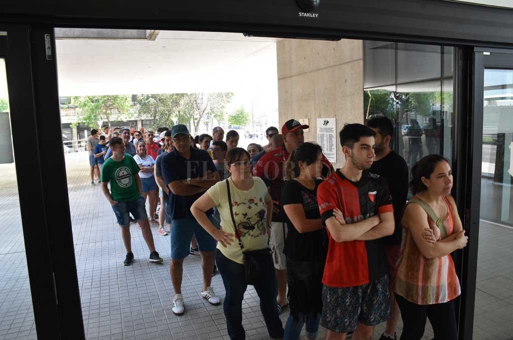 Unas 300 asistieron al Cemafe el sábado para recibir las dosis. Crédito: Guillermo Di Salvatore